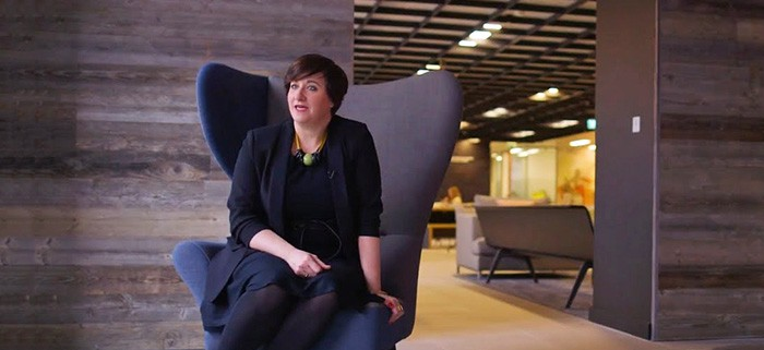 Dr. Marie Puybaraud Global Head of Research JLL Corporate Solutions sitzt am Sofa