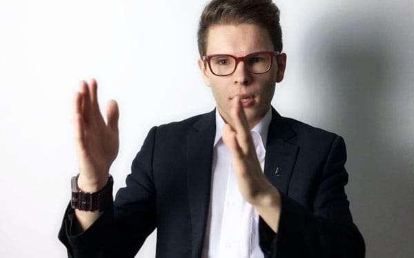 Wolfgang Deutschmann argumentiert und zeigt mit seinen Händen einen Abstand