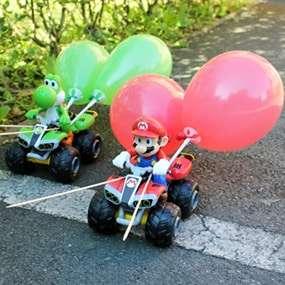 Super Mario und Yoshi auf Kart Autos und mit Luftballons gespickt warten auf ihren Einsatz beim Teambuilding