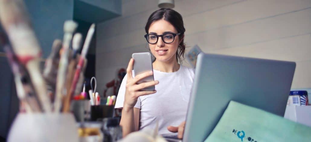 Frau arbeitet an ergonomischen Arbeitsplatz