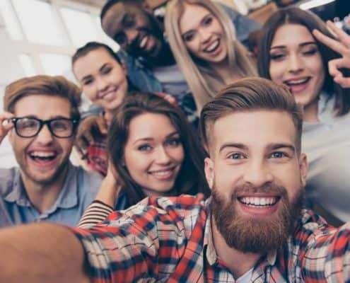 Gruppe macht Selfie um unique selling point zu repräsentieren