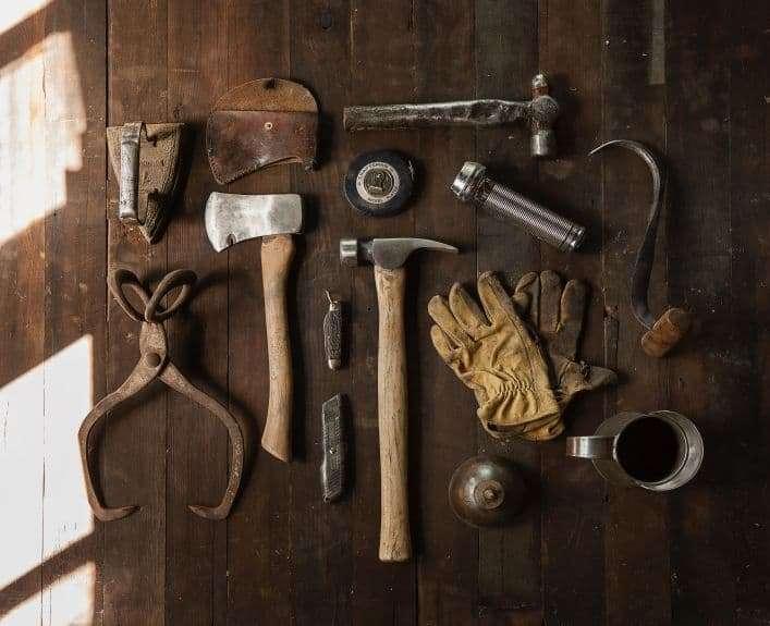 Werkzeuge die symbolisch Werkzeuge des Zeitmanagement darstellen