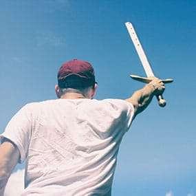 Mann hält Excalibur hoch
