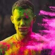 Mann wird mit Farbe beworfen, was seine Persönlichkeitsentwicklung widerspiegelt
