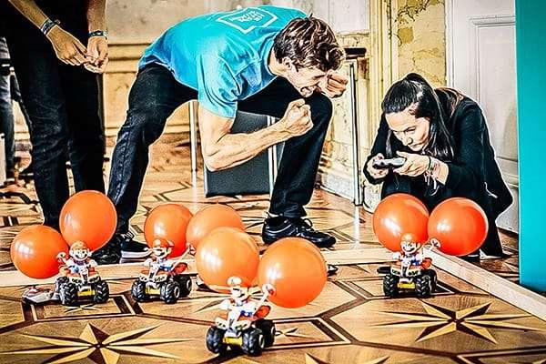 Teammitglied feuert Team an beim Mario Kart Battle